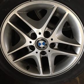 """Sælger 4 BMW alufælge med dæk. Fælgene er i rigtig god stand og uden ridser og andre former for skrammer!  Størrelse 205/55 16"""".  2 af dækkene står i super fin stand, mens de 2 andre er lidt mere brugte. Alle 4 kan dog bruges.  Sælger dem for en ven. Skriv endelig ved interesse. Bud modtages :) Kan afhentes i Linde."""