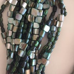 Usædvanlig smuk halskæde fra Monies. Materialet er ukendt - for mig - men det virker som nogle sten/perler med meget bløde og afrundede flader. Halskæden har alle mulige grønne farver. Halskæden er lidt tung.  Halskæden måler - på det korteste sted  ca. 40 cm. + lås når den er lukket: ca. 6 cm - i alt ca. 46 cm. Låsens højeste sted måler: ca. 5,5 cm MP 1.250,00 pp Bytter ikke.