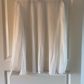 Ichi skjorte med plisse. Lettere transparent. Stor i størrelsen.