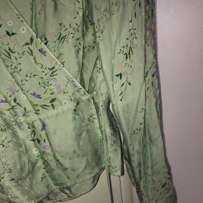 Super smuk wrap bluse. Str 42. Kan passes fra 36-38-40 afhængig af barm.