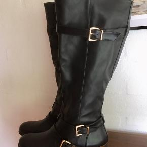 Bløde støvler (ikke læder) med fede detaljer. Alm. størrelse fod og læg. Sender med DAO. Køber betaler forsendelse.  #sundaysellout