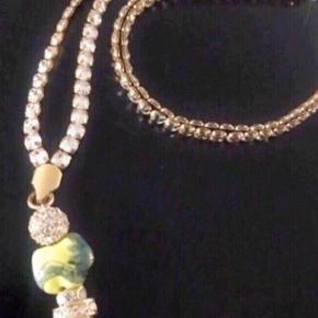 La Chance lykkehalskæde med det kinesiske stjernetegn dragen.  Aldrig brugt  Den er i forgyldt Sterling sølv fyldt med Swarovski krystaller.  Længde er ca 80 cm plus vedhænget.  Nypris 1700 kr.