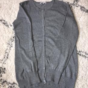 Fin grå cardigan fra vrs Helt ny Er købt for stor og nåede aldrig at bytte den 👀