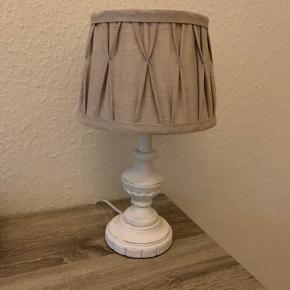 Lampen er købt i en vintage butik. Den er i rigtig fin stand. Pæren følger med. Lampen er ca. 32 cm høj.