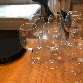7 vinglas og 6 tallerkner