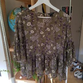 Blomstret bluse fra Monki - kan afhentes i Århus C eller sendes