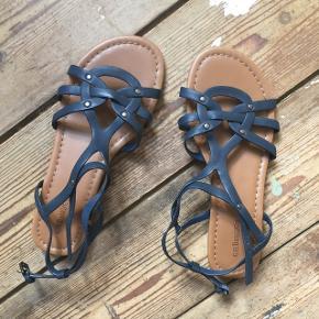 Fine sandaler købt på en ferie.  De er aldrig brugt og har derfor ingen tegn på slid.   Sandalerne passes af en str. 37   Den kan afhentes i Odense M eller sendes med DAO for 37kr.  Ved køb af flere varer gives der mængderabat. Bud er velkomne.