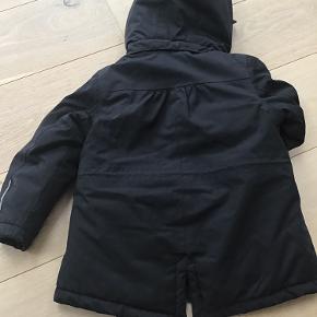 Sort vinter jakke fra pompdelux str. 98, der et et lille hul, se billedet