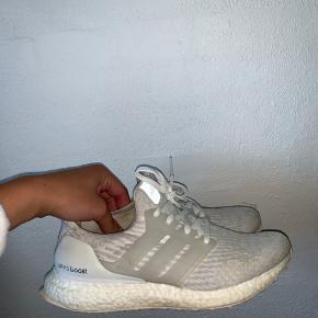Løbet i få gange, desværre for store til mig. Super god løbe sko! De er købt for 1600kr, i Sportsmaster 👍🏻 Er åben for bud