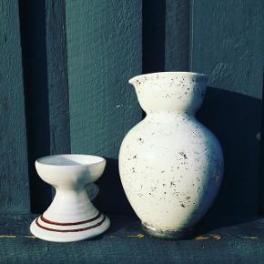 Lækker kridhvid keramik-kande med flot struktur 19,5 cm høj💰90 kr.Hvid lysestage med to brune striber til alm. lys 💰30 kr.