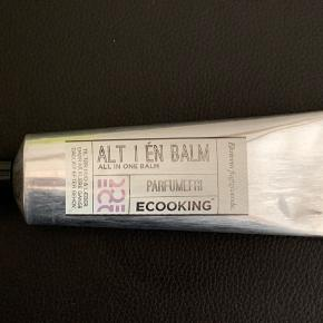 75 ml. Uåbnet  Ecooking All In One Balm er et meget alsidigt produkt med masser af anvendelsesmuligheder. Den indeholder blandt andet Delisens, som modvirker kløe og og irritation. Derudover er den med tidselolie, sheasmør og Xpertmoist, som virker ekstremt fugtgivende, og som virker regenererende til selv den mest tørre hud. Med alle de anvendelsesmuligheder denne balm har, er det et absolut must-have, som hurtigt bliver uundværlig, både i håndtasken, toilettasken og andre steder hvor man vil have den med.  Fordele:  Alt i en balm Neglebånd Tørre hæle, albuer og hænder Ved insektbid Mod tørre og sprukne læber Velegnet til alle hudtyper Parabenefri Anvendelse:  Påføres på udvalgte områder Bruges efter behov