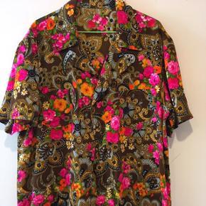 Vintage skjorte i super flotte farver. Rayon. Ingen mærker. Størrelsen er sjusset M-L. Bytter ikke.