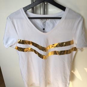Lækker blød t shirt med guld 😊 passer også M og L da der en en del stretch i 😊 sender med dao for 38 kr 🌸