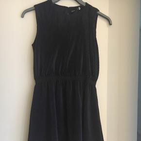 Midnatsblå smuk kjole. Brugt 1-2 gange. Går til knæet med smukt fald