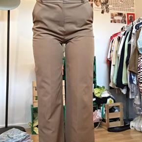 Brugt max 5 gange, så har ingen skader.   Model: Sara bukser beige  Er selv 182cm og passer perfekt i længden.  Kom gerne med bud :)