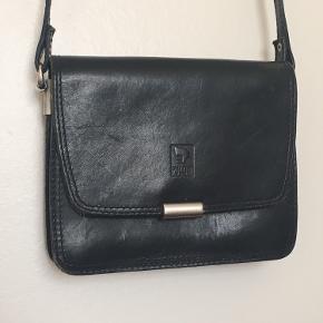 Lille Vintage crossbody taske i ægte skind.  Byd💗