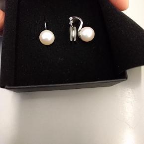 Smukke perle øreclips med sterlingsølv og ægte ferskvands perler. Perlen er Ca. 10 mm. Og clipsen har beskyttelses gummi der gør den behagelig at have på. Aldrig brugt og er derfor i perfekt ny stand.  Ny pris. 1295 kr.