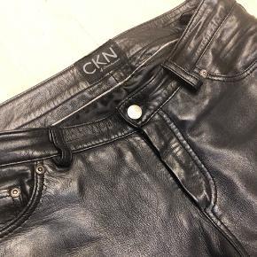 Læderbukser i rigtig god kvalitet. Lækker blød sort læder. Næsten aldrig brugt. Biker stil, størrelse M/L kan klippes af i længden.