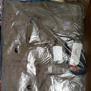 Jeg fik en extra jakke og polo i min bestilling så jeg sælger dem.  De er helt nye indpakket med prismærke  Ny pris  Jakke 1250,- Polo 400 kr,-   Jeg sender gerne