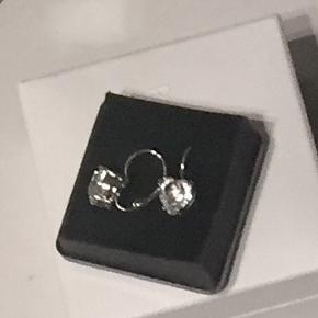 Smukke hjerteøreringe i sølv med klar zirkon.