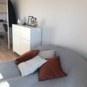 Super lækkert sengetæppe fra Mette Ditmer i størrelse 240cm x 250cm. Sælges udelukkende fordi vi får ny seng, og dermed ikke kan bruge det længere.  Super god stand og kvalitet.