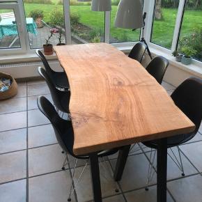 EmmaNordic spisebord. Bordplade er skåret ud fra et 5,5 cm tykt massivt stykke dansk egeplank, og olieret med Osmo natur olie. Planken hviler på sorte tigsvejsede pulverlarkerede stålben.   Mål : L: 190 B: 77 Bemærk! En massiv planke!