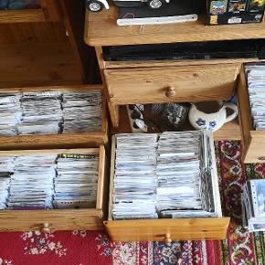 500 cd'er i plastlommer musik fra 70er. 80er. 90er(blues. Dansk. Rock og andet) og fremad til Idag  er i orden. Pris pr. Stk. 5kr. Kom og se dem .( Sms til 22 90 77 89 og vi aftaler tid og adressen hvor de kan afhentes)