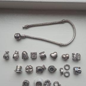 Længde på armbånd: 19 cm De 4 nederste charms er også ægte sølv, men ikke original pandora som alle de andre. Vædder, H. C. Andersen hat, hjerte med lyserød sten og led med blå sten er solgt.