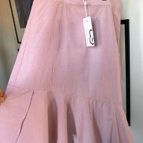 Lækker nederdel fra Mint & Berry, hvid og rødstribet med skrå detalje forneden.