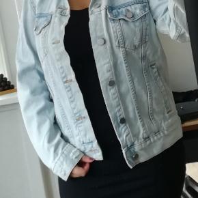 Denim jakke: 36, H&M, Bomuld. Aldrig brugt. Fed jakke i lysvasket denim og slitage. Lommer foran samt knapper