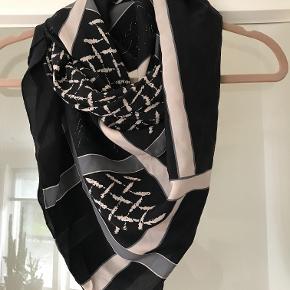 Så smukt , aldrig brugt tørklæde , fra Becksøndergaard . 100% ren silke . Mærke er taget af . Nypris 700 kr . Måler 112 x 112 cm Bytter ikke