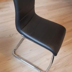 Fire sorte spisebordsstole i læder sælges samlet. Rigtig behagelige at sidde på i rigtig god stand. Ingen huller og ingen dårlige ryglæn på stolene.  Siddehøjde måler 46 fra gulv til siddehøjde.  Ryglænet måler 57 cm.  Køber henter selv hos min kæreste i Glostrup. 400 kr samlet