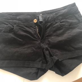 Tag 3 - betal for 2. Gælder annoncer hvor det er påført.   Sorte shorts fra H&M i jeansmateriale.   Brugt en enkelt gang.   Køber betaler evt porto. Jeg sender med Dao.