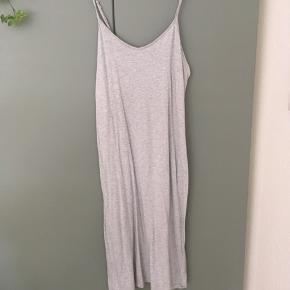 Lækker grå strop kjole fra Monki i str M. I rigtig god stand og nærmest ingen tegn på slid. Passer perfekt til sommeren 🌞