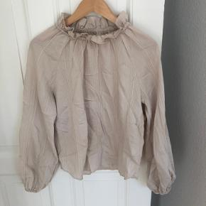 Sød trøje fra H&M, der er brugt et par gange sidste år. Sælges da jeg ikke bruger den længere.