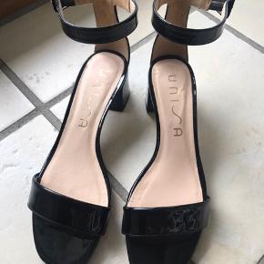 Sorte lak sandaler. Utrolig smukke. Nypris 899,-. Kun brugt få gange.