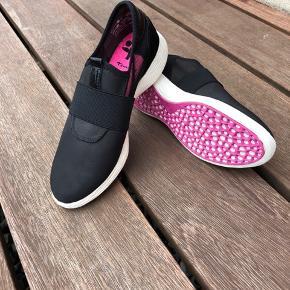 Rigtig flotte sneakers fra Tamaris med mange smarte detaljer, aldrig brugt