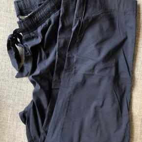 Super lette og behagelige bukser med bånd i taljen.   74% bomuld, 23% polyester og 3% elastan.   Bytter ikke.