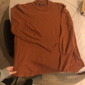 Super flot sweater med ballon ærmer i den fineste efterårsfarve. Brugt ca 5 gange. 🌸 sælges fordi jeg ikke får den brugt.   Str. XL. Jeg er en str. 38 normalt, så den har et oversize fit til mig.   Kig evt. i mine andre annoncer og se om du skal have noget andet med til en god pris ⭐️