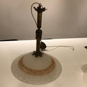 Loftslampe. Skærm er 45 cm i diameter. Ca 50 høj.