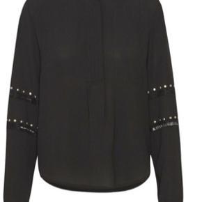 Smuk bluse med de fineste detaljer på ærmerne. Str XL. Viskose & polyester. Alm str XL.   Kig gerne mine andre annoncer, giver gode mængderabatter 🌸