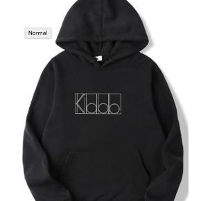 """- Sort """"kiddo"""" hoodie, logo i alle farver  - Fåes i alle størrelser  - Unisex  - Jeg giver mængderabat på alle mine varer :)    For mere tøj, følg insta @kiddowear, der bliver løbende mere content :)"""