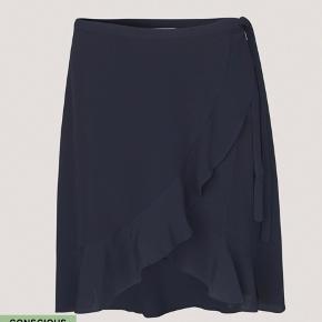 wrap around nederdel med flæse lignende detaljer i sort str. M  tjek mine mange andre annoncer ud🌸