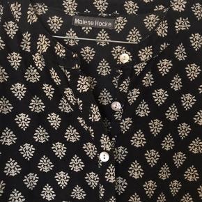 Din bluse fra Malene Hocke i lækker kvalitet. Mangler en knap ved hvert ærme. Men det kan man evt sy på selv.