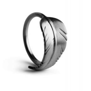 Jeg sælger min fine Leaf Ring fra Jane Kønig, da jeg er gået over til guldsmykker. Ringen er i fin stand. Rhodineringen er gået en smule af, af slid, men jeg sender gerne billeder af ringen, hvis man er interesseret. Skriv gerne dette til mig.