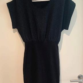Fin kjole fra Storm og Marie i vævet stof øverst og elastik i nederdelen. Har lynlås i ryggen med lille åbning ved lænden. Brugt ganske få gange. På mærket står der 34, men passer i hvert fald en størrelse 36. Jeg er selv en 38 og passer den fint 😊