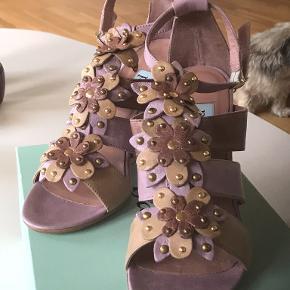 Fantastisk smuk og feminin sandal fra danske Apair 🌸 sandalen er kun blevet luftet 2 - 3 gange, og skal nu finde en ny ejer, som vil bruge hende noget mere 🌸🌸