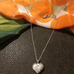 Meget smuk halskæde.  Aldrig brugt.  Kommer i original smykkepose.