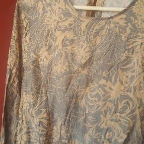 Bluse i flot mønster med peplum.