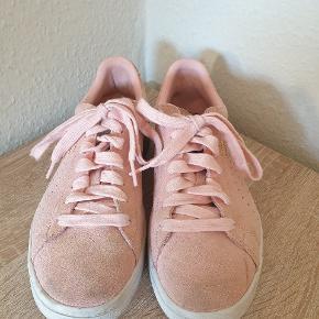 Rosa puma sneakers str. 40. Har været brugt i en periode og derfor os pletter flere steder.